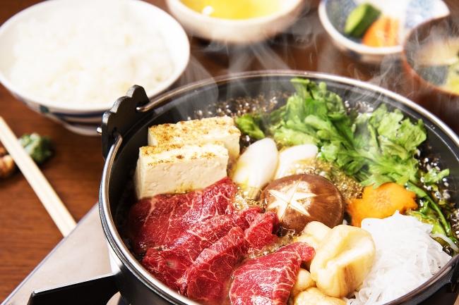 霜降りの極上馬肉を惜しげもなく!野菜でご飯を1杯、  肉で1杯、  そして最後は雑炊で!なんてことも可能