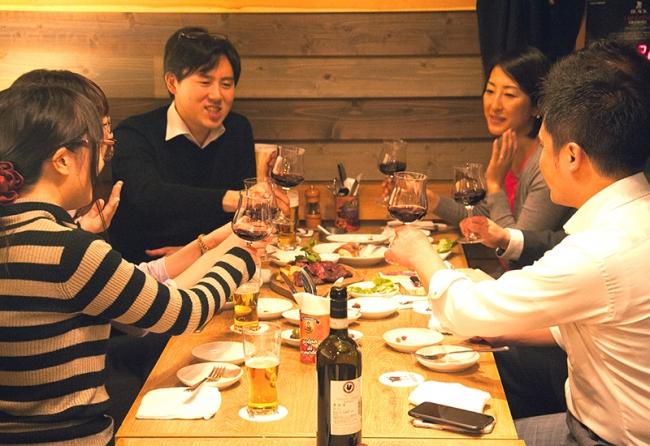 大人の男女が、肉とワインを楽しむために今夜も通う