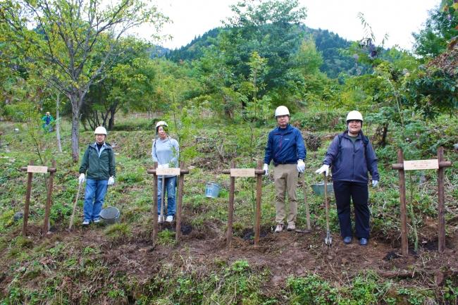 全植樹活動に参加した従業員の記念植樹