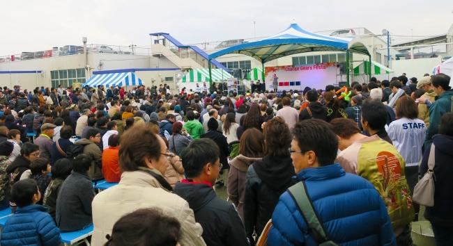 大勢の人で盛り上がった会場