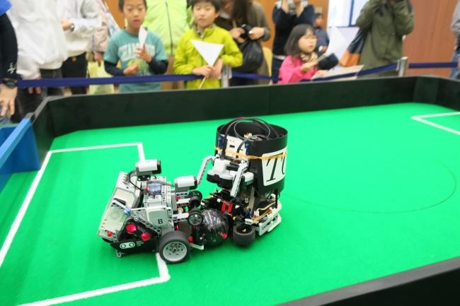 ボールを奪い合うロボット