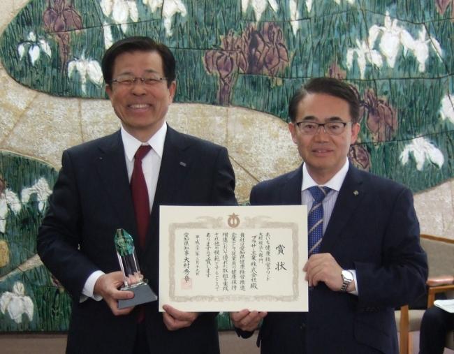 大村知事から賞状を受け取る会長の小池(左)