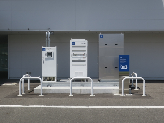 設置された燃料電池システム(左からシステム監視盤、燃料電池、給湯ユニット)