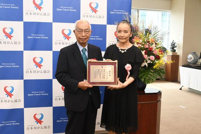 表彰状を受る取るブラザージャパンの今井氏(右)