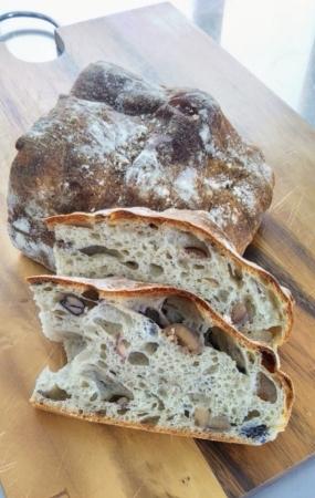 ブーランジェリーラフィ 黒豆と栗のパン (350円)