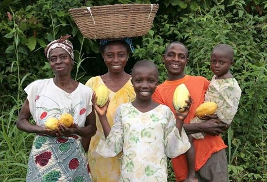 カカオの生産で地域に笑顔が広がっています(ガーナ/クアパ・ココ (C)Divine Chocolate)