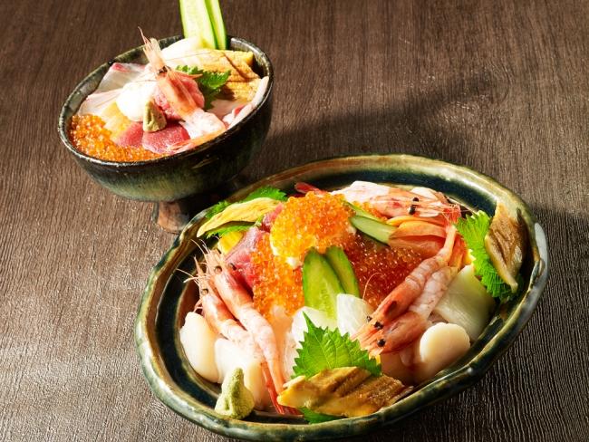 (左上)通常サイズの「海鮮丼」と(右下)「メガ海鮮丼」