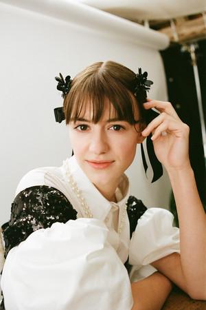 女優、Daisy Edgar - Jones(デイジー・エドガー=ジョーンズ)パフスリーブシャツ¥9,499 スパンコールトップ¥9,999 ヘアクリップ¥3,999(2つセット) リボンバレッタ(3つセット) ¥3,999