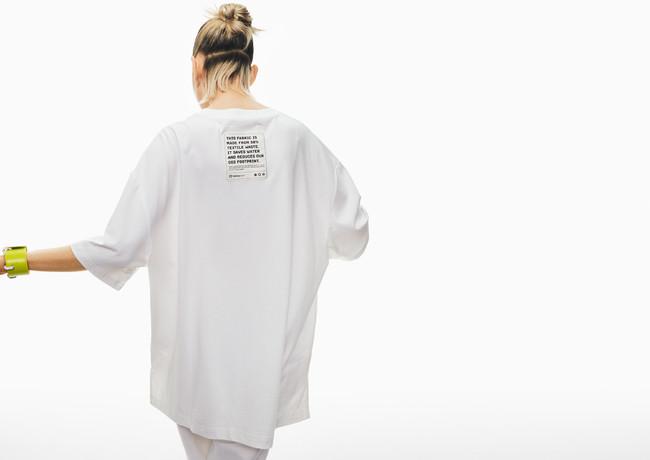 Tシャツ:3,999円 TEXLOOP RCOT(TM)、TENCEL(TM)一部使用、ブレスレット:4,999円 Desserto、リサイクル真鍮一部使用