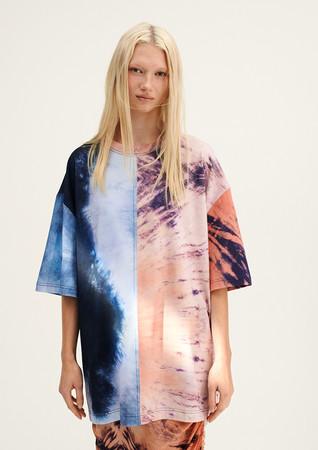 Tシャツ:¥4,999 テンセル(TM)モダール、リサイクルコットン一部使用、ドレープスカート:¥9,499 テンセル(TM)リヨセル一部使用(いずれもデジタルプリント)