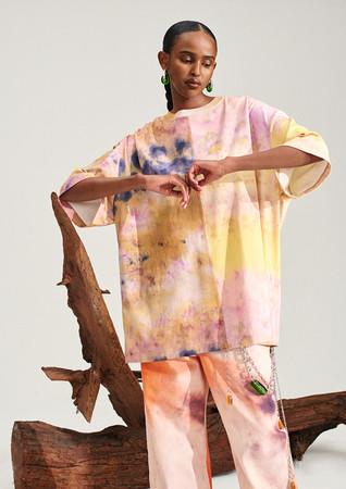 Tシャツ:¥4,999 テンセル(TM)モダール、リサイクルコットン一部使用、ワイドデニム:¥8,499 100%オーガニックコットン(いずれもデジタルプリント)