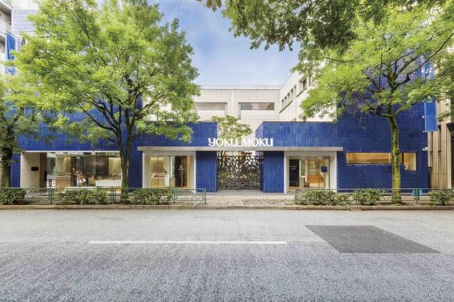 ブルーのタイルが印象的なヨックモック青山本店