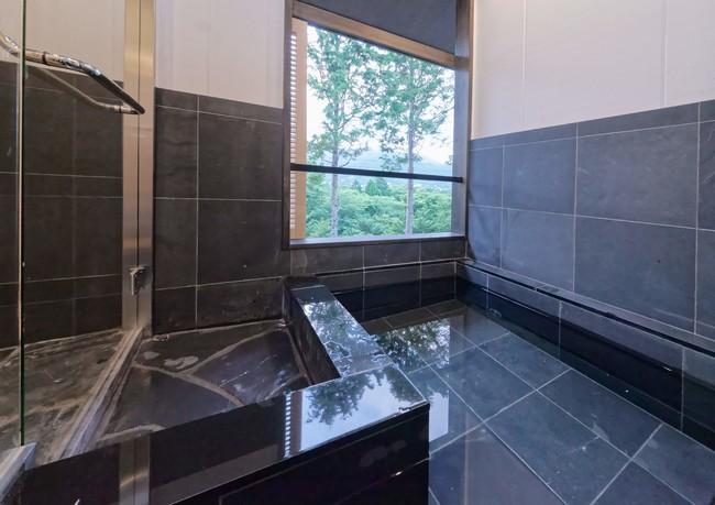露天風呂付客室もご宿泊いただけます。写真は仙石原ススキの原一の湯本館の客室露天風呂(一例)です。