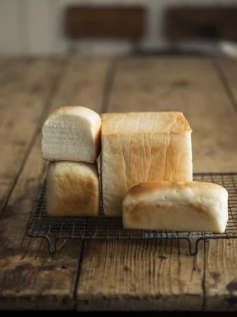 基本のミニ食パンから一斤食パン、  角食パンmini、  ベーグル、  イングリッシュマフィンなどのレシピを掲載。   写真:佐藤朗