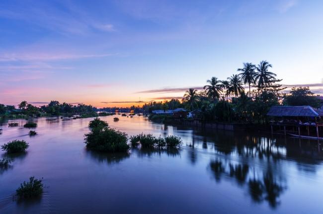 ラオス南部チャンパサック県のシーパン・ドン。 メコン川に大小さまざまな島が浮かんでいる。 (c)mijastrzebski /iStockphoto