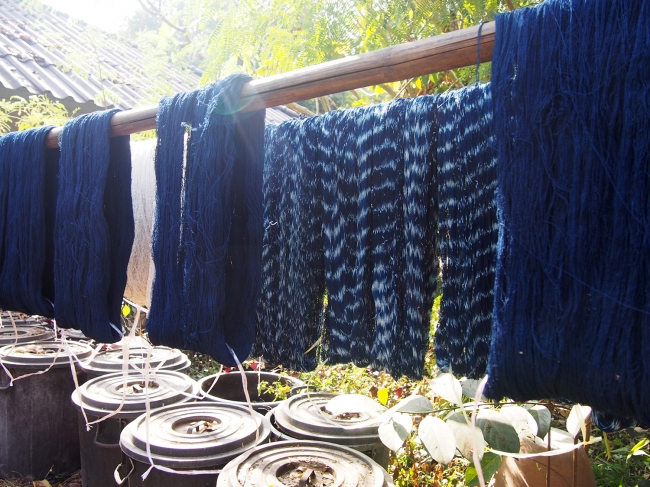 糸を植物で染色して、 多彩な技法で布を織る繊細なラオスの手仕事。
