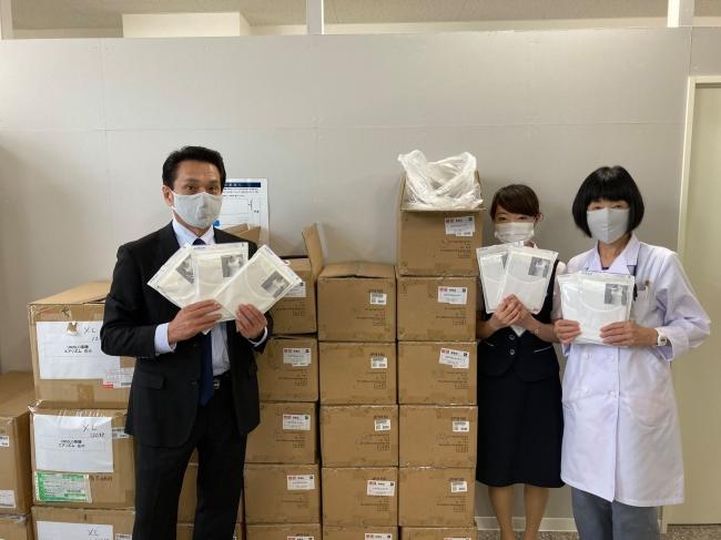 株式会社ファーストリテイリングから提供を受けたエアリズムを手にする北海道の病院関係者