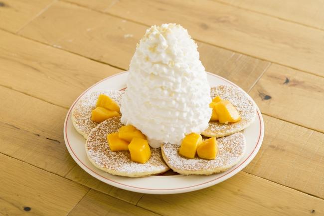 マンゴー、ホイップクリームとマカダミアナッツのパンケーキ 1,280円(税別)