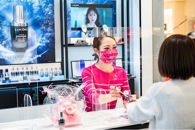 <伊勢丹新宿店ランコムカウンターにてランコムhappyローズマスクを付けてカウンセリングするビューティーアドバイザー>