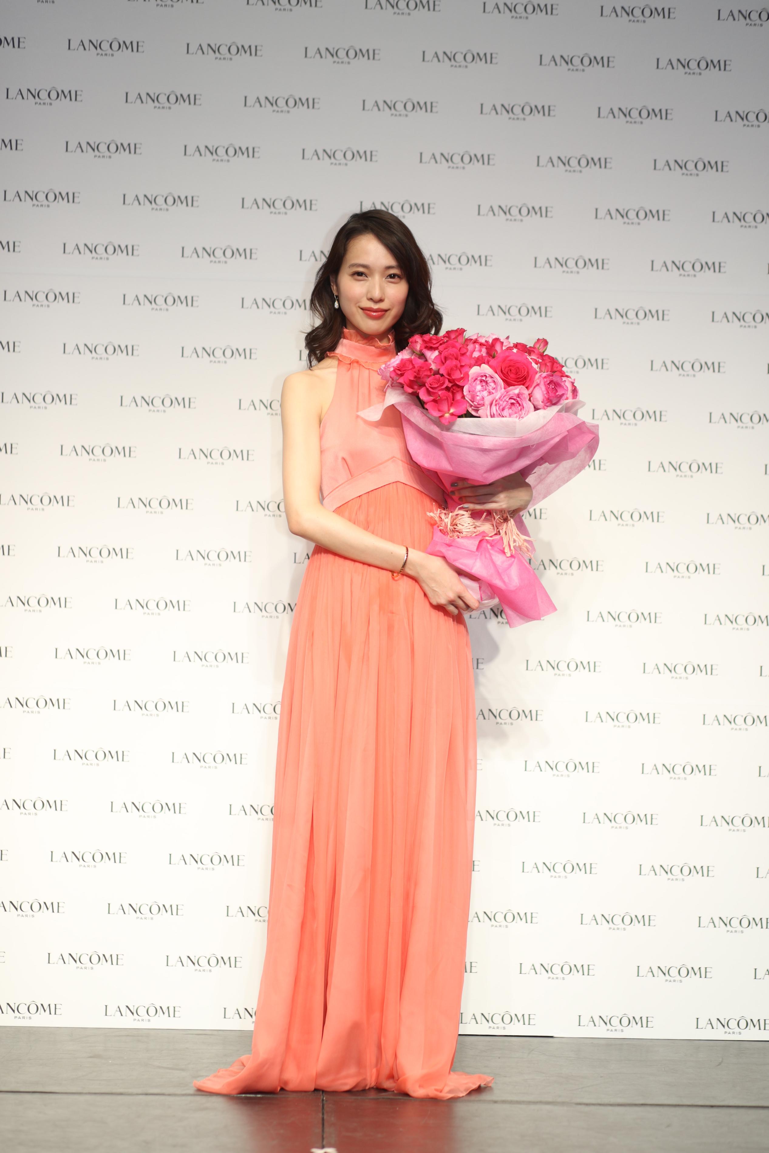 ピンクのドレスの戸田恵梨香