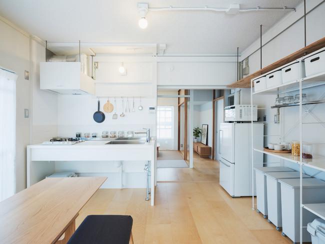 壁付キッチンを中心に広がるリビングダイニング。