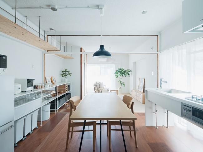 屋外と繋がる窓向きキッチンがある暮らし。