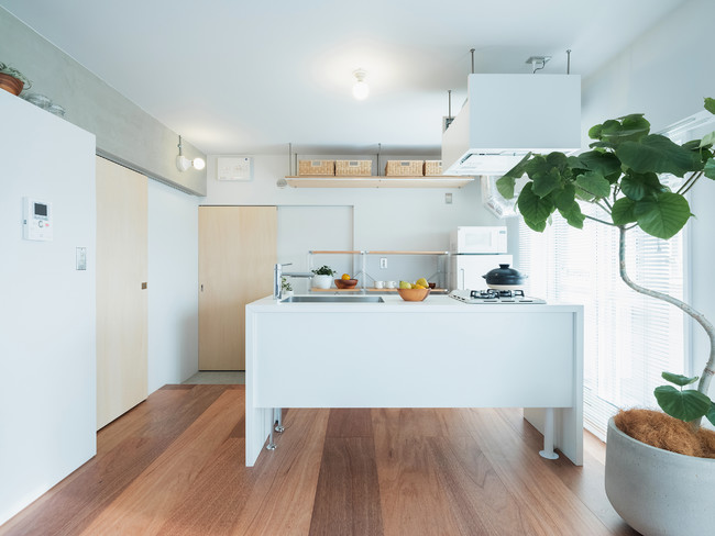 温熱環境を改善した一室空間とアイランドキッチン。