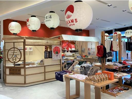 様々なお店が集まる「横丁」をイメージした店内。 写真左はドリンクスタンド<春陽茶事>のブース。