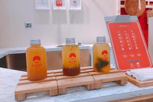 日本で古来より「代々栄える」として縁起が良い「橙(だいだい)」色の限定スペシャルドリンク。 南国のパッションフルーツと緑茶のゼリーをミックスしたオリジナルレシピ。 ※写真中央