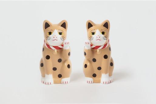 愛知県瀬戸市で約700年の歴史をもつ中外陶器の「招き猫」は、ポップなポルカドットを思わせるタピオカ柄に。