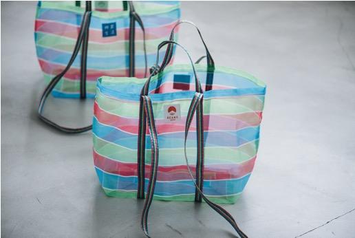 台湾で古くから親しまれるカラフルな「メッシュバッグ」にストラップを加え2ウェイ仕様に。