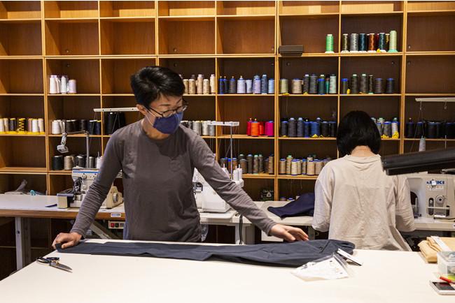 高い専門技術をもつ衣服修理の職人が常駐