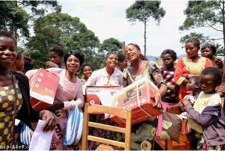 ミシンを手に喜ぶコンゴのお母さんたち