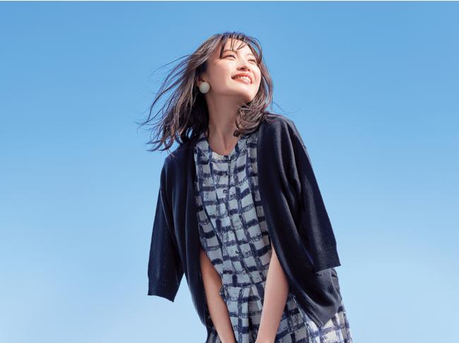 表紙はモデル宮田聡子さん。着用のワンピース&カーディガンのコーデセットはデジタルカタログP26 に掲載