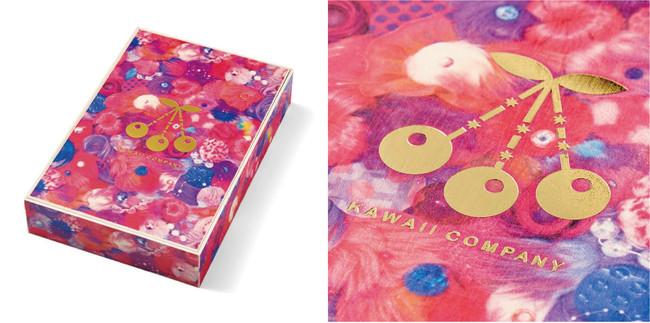 増田セバスチャン氏のアトリエによるキービジュアル作品【berry】を5面プリント、中央には箔押しされたロゴが金色に光るオリジナル木箱で届きます。