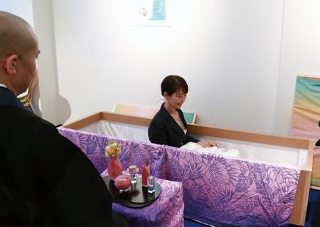 ブルーオーシャンカフェでおこなわれる入棺体験ワークショップ