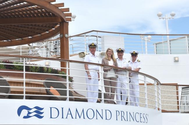 左から、  ダイヤモンド・プリンセスキャプテングラハム・グッドウェイ、  プリンセス・クルーズ およびカーニバル・オーストラリアグループ・プレジデントジャン・スワーツ、  ホテル・ ジェネラル・マネージャーグラハム・ケリー、  スタッフ・キャプテンジョン・スミス
