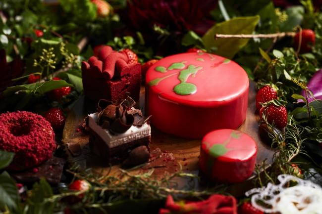 今季のテーマは「小さな苺の森」。中央は「ストロベリーピスタチオムース」