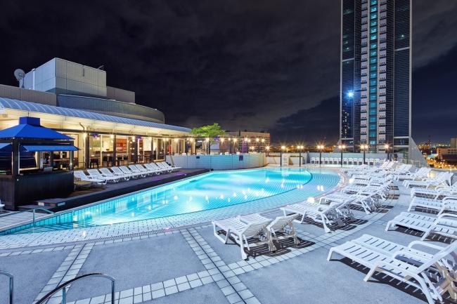 地上25mホテルの屋上ガーデンプールで非日常体験を。