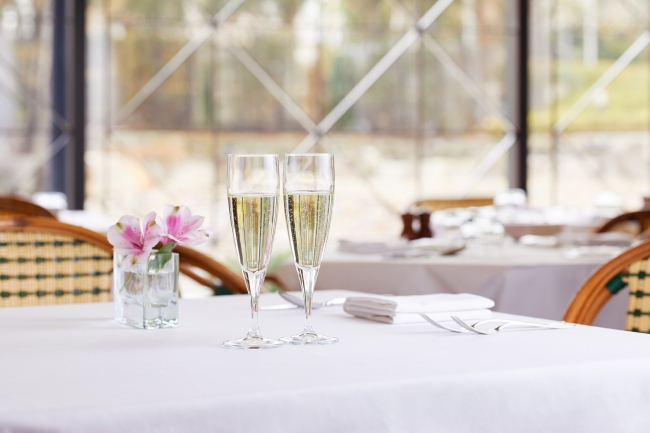 イタリア料理、鉄板焼のディナーコースをご利用のカップルにグラススパークリングワインをプレゼント