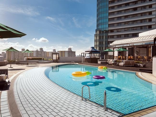 屋上ガーデンプールは大阪にいながら海外リゾート気分を満喫できる