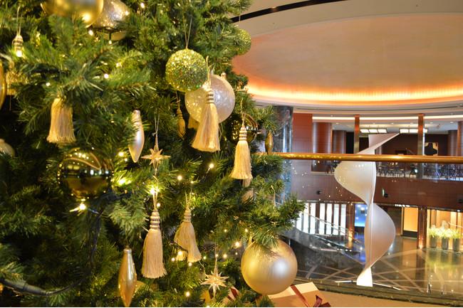 ホテルロビーに12月から設置される天井まで届きそうなクリスマスツリー