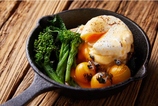 朝食で人気の「エッグベネディクト」が食べられるのはブランチならでは