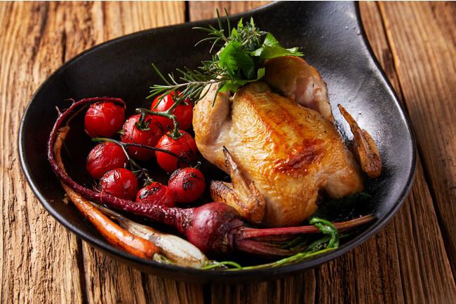 選べるメイン料理より「平飼い地鶏のローストチキン」(+1,100円でホールチキンにアップグレード可能)