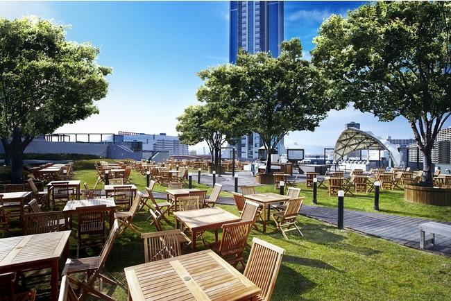 青空の下、天然芝広がる屋上ガーデン「ペルゴラ」レストラン風景