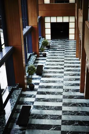 メインロビーから客室へつながる回廊は天井も高く開放感があふれる