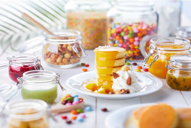 お好きな枚数を5枚まで積み重ねられるパーンケーキも。選べる豊富なトッピングで自由な盛り付けができる。