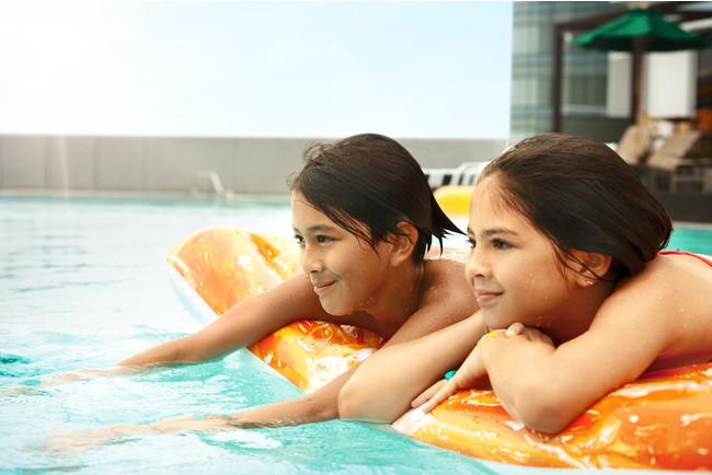 ホテルの屋上ガーデンプールでリゾート気分を満喫しよう