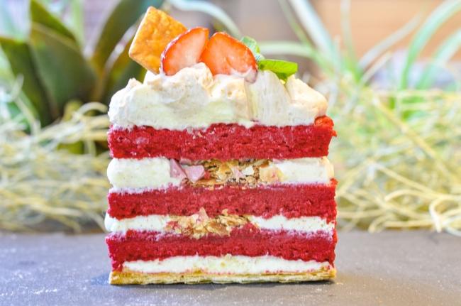 <レッドベルベットパイケーキの断面>