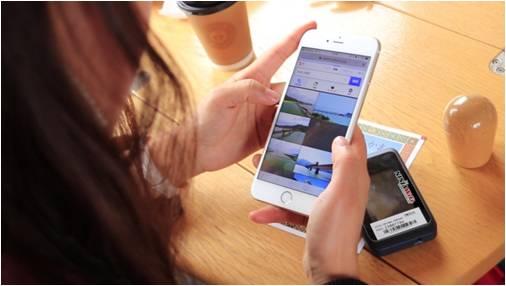 ▲旅行中も「NINJA WiFi(R)」を使用しその場で情報検索が 可能。  SNS投稿も気軽におこなうことができる。